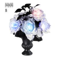 Vaas met 6 witte rozen met verlichting halloween
